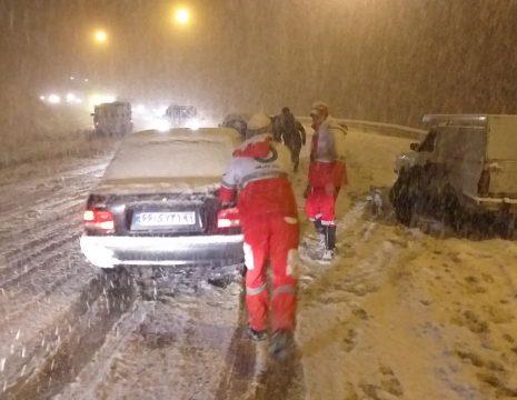 <h5>امداد رسانی در برف</h5><br><div>امداد رسانی مرکز هلال احمر و اورژانس نمین به رانندگانی که در برف گردنه حیران دچار حادثه شده ... </div>