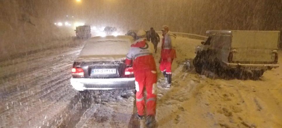 امداد رسانی مرکز هلال احمر و اورژانس نمین به رانندگانی که در برف گردنه حیران دچار حادثه شده ...